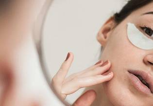 blizny po trądziku  - Jak usunąć blizny po trądziku i nieestetyczne przebarwienia skóry? | La Roche-Posay