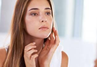Trądzik tłusta skóra modelka z Tył mirror | La Roche Posay
