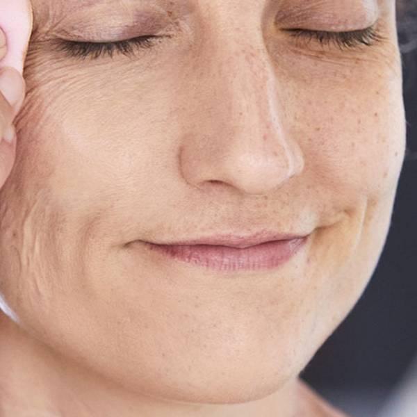 Świecące czoło | Świecenie się skóry - czym jest spowodowane? - La Roche-Posay